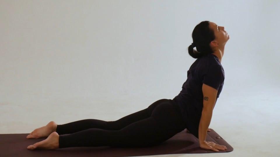 Vídeo 3: Clase de Yoga para disfrutar de los beneficios de las asanas, como el triángulo, guerrero, vela y savasa