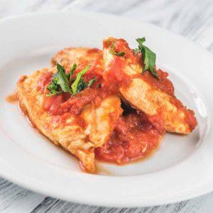 Filete de pechuga de pollo en salsa de tomate