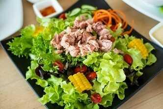 Ensalada Variada de tomate, lechuga, cebolla tierna, maíz, olivas y caballa enlatada