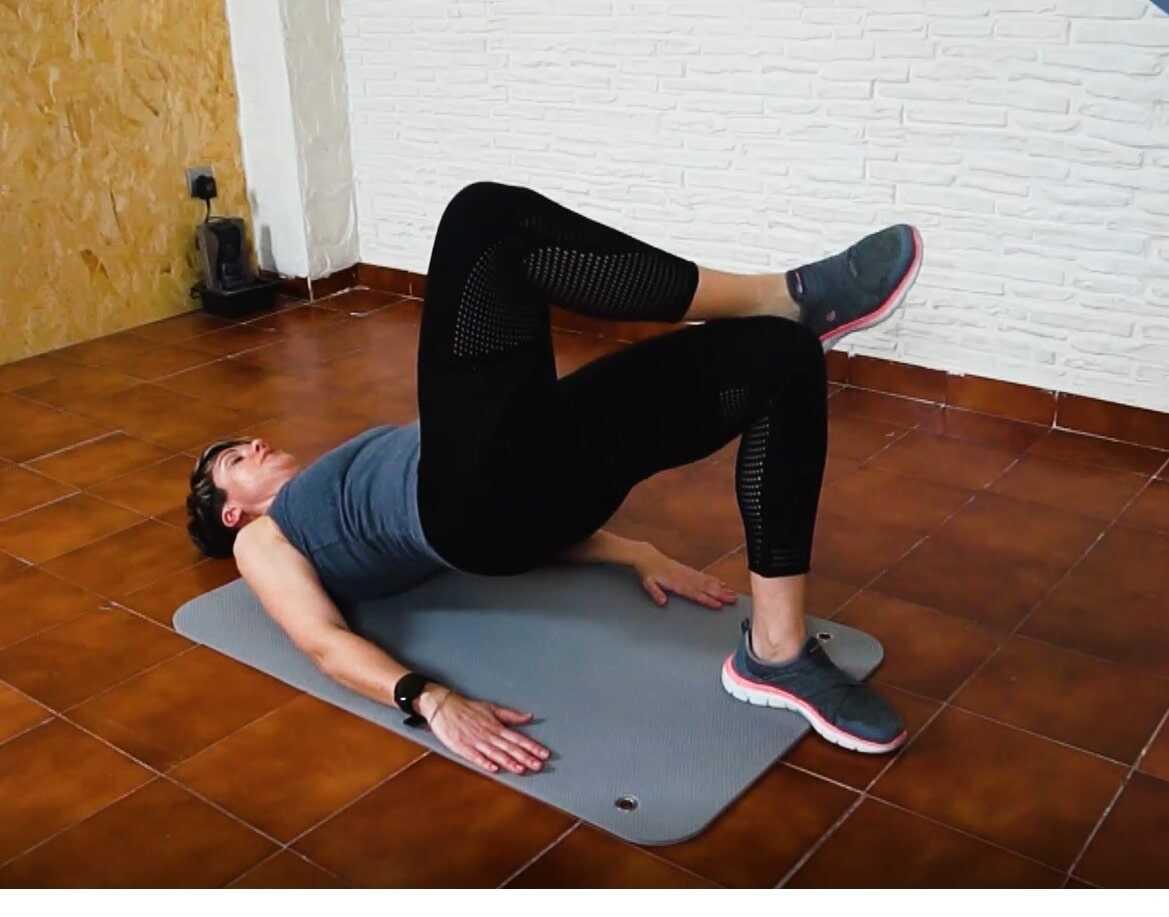 LolaFit, Vídeo 5: Sesión de ejercicios de glúteos con puente alternando piernas y abdomen en plancha