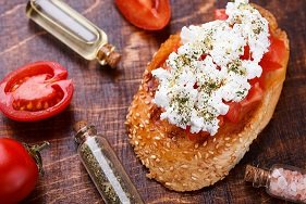 2 biscote de pan integral con tomate triturado y 40g  queso fresco
