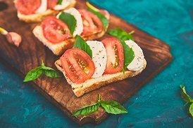 Tostada integral con tomate, queso fresco (sobre 40gr.) y orégano
