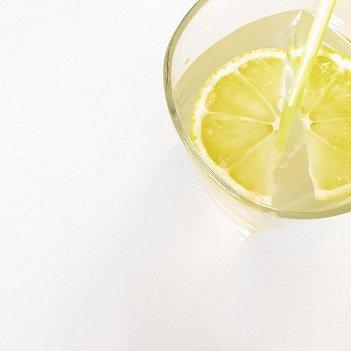 Agua con medio limón escurrido