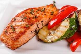 Asado al horno de salmón con pimiento, calabacín y berenjena