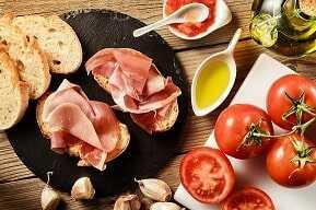 2 biscote de pan integral con tomate triturado y 40g  jamón ibérico o pavo en lonchas