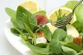 Ensalada variada de tomate, pepino, maíz, lechuga hojas de roble, taquitos de jamón y picatostes.