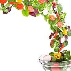 Ensalada variada de atún, tomate, cebolla tierna, maíz, aguacate y espárragos blancos.