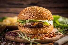 Hamburguesa casera de pan de cereales con carne picada de pollo y ternera, lechuga y tomate