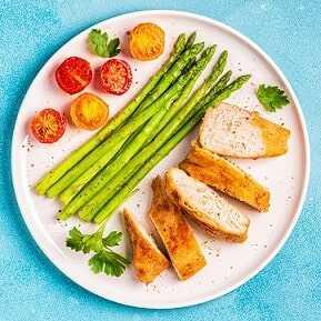 Pechuga de pollo a la plancha con espárragos y tomatitos