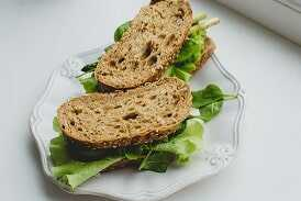 Sándwich de pan integral/cereales con 50g de pechuga de pollo y lechuga