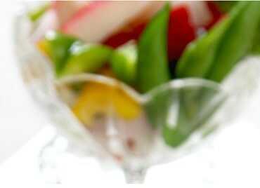 Ensalada templada: lechuga, tomate cherry, una lata de atún, 3 palitos de cangrejo y calabacín (servir templado el calabacín, meter microondas).