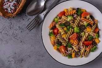 Ensalada de pasta integral con atún y verduras