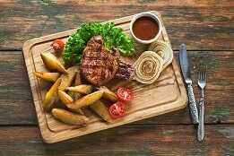 Lomo de cerdo con patatas y verduras a la plancha