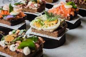 Tostada de pan de centeno con queso fresco, tomate, aceite de oliva y jamón ibérico o similar